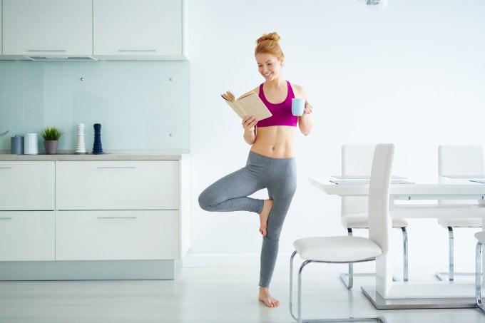 mulher-lendo-com-roupas-ginastica
