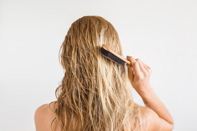 mulher-penteando-cabelo