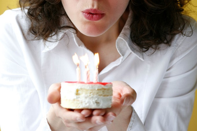 mulher-assoprando-velas-aniversario
