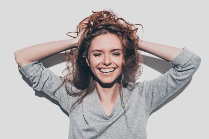 mulher-mexendo-no-cabelo
