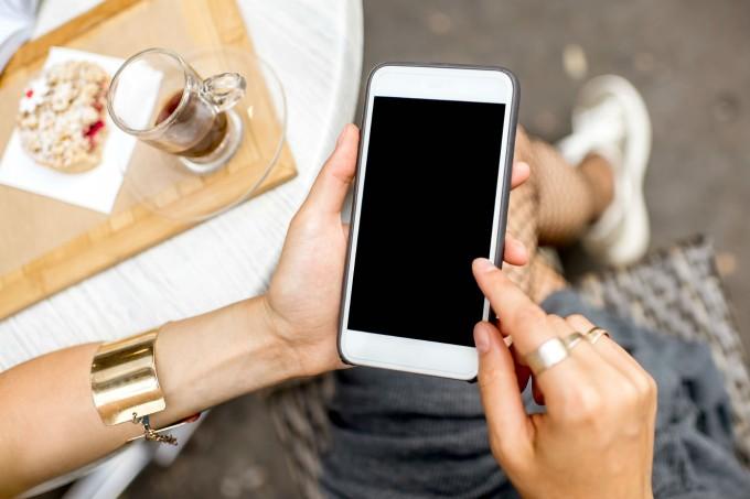 mulher-usando-celular-redes-sociais