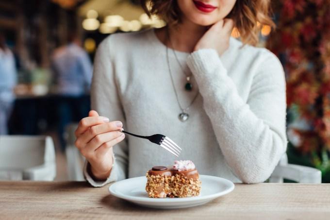 mulher-comendo-doce