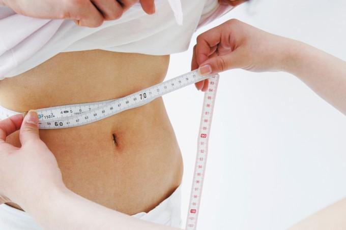 mulher-medindo-cintura