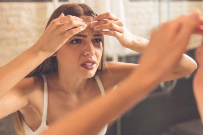 mulher-estressando-olhando-pele