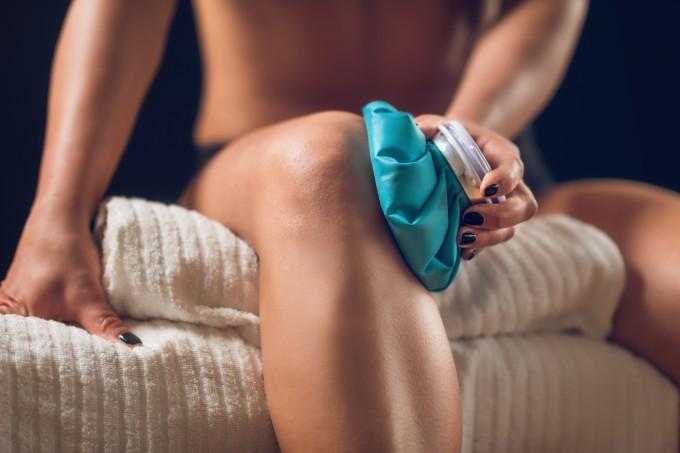 mulher-compressa-joelho
