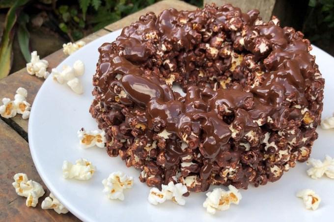 Bolo de pipoca com chocolate