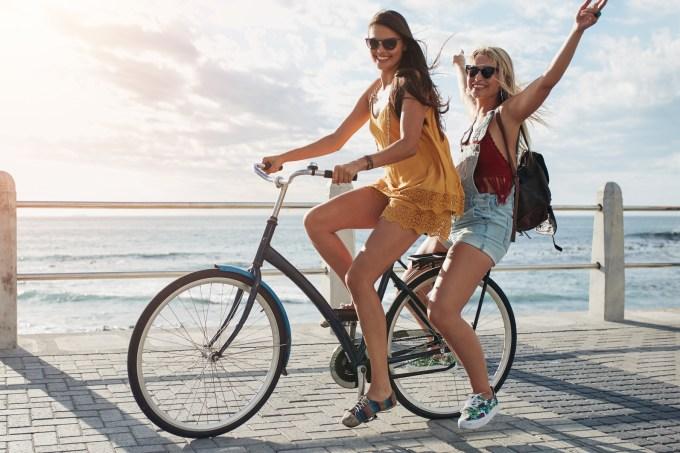 Amigas andando de bicicleta