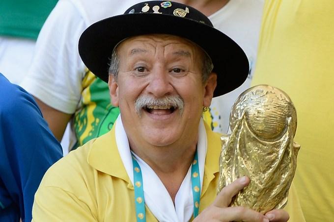Clovis Acosta Fernandes, o Gaúcho da Copa, segura taça do penta