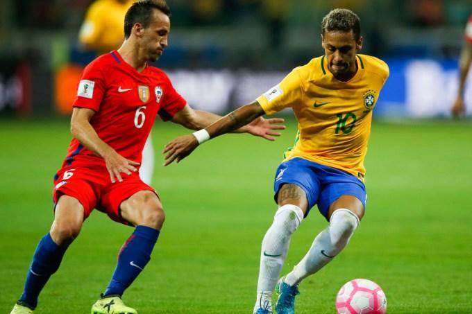 Neymar jogando contra o Chile