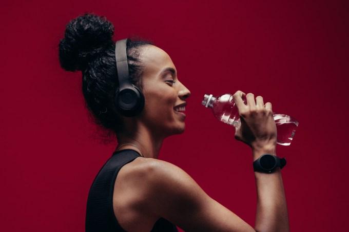 mulher fitness com fone de ouvido