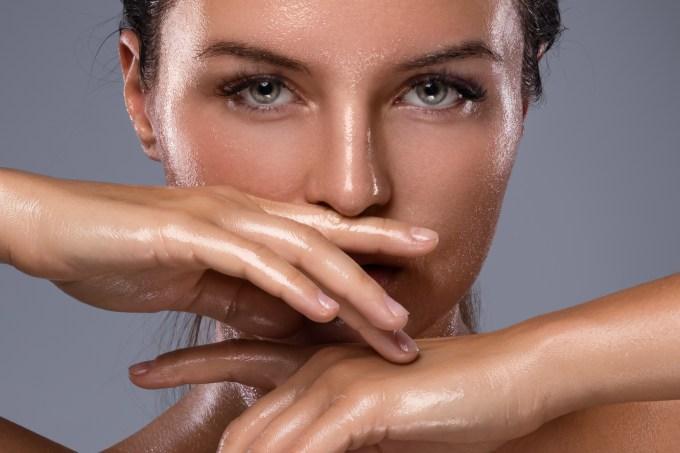 Mulher com pele natural
