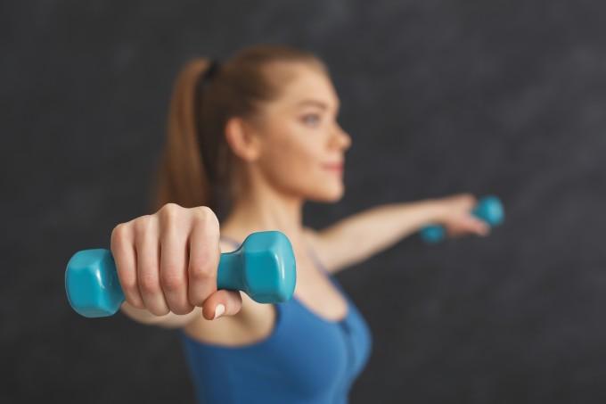 mulher-treinando-braco-com-halter