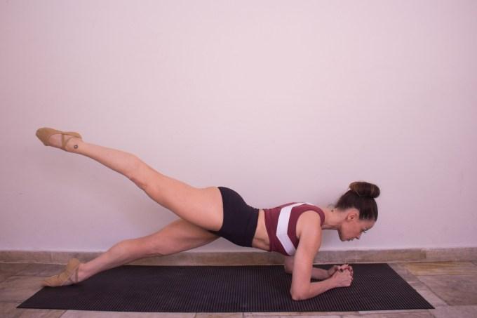 Anna Martins, criadora do ballet blend fazendo prancha isométrica