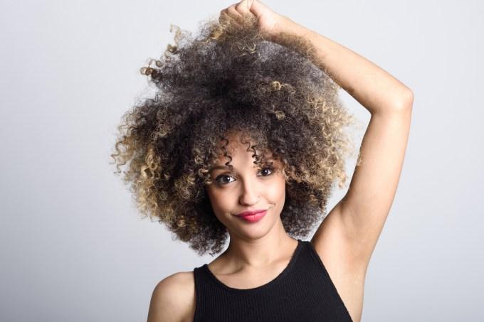 Mulher com cabelo crespo