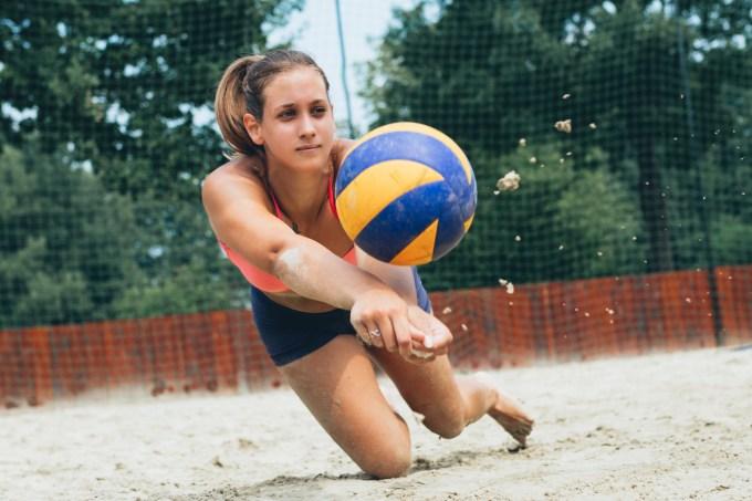 Adolescente jogando vôlei