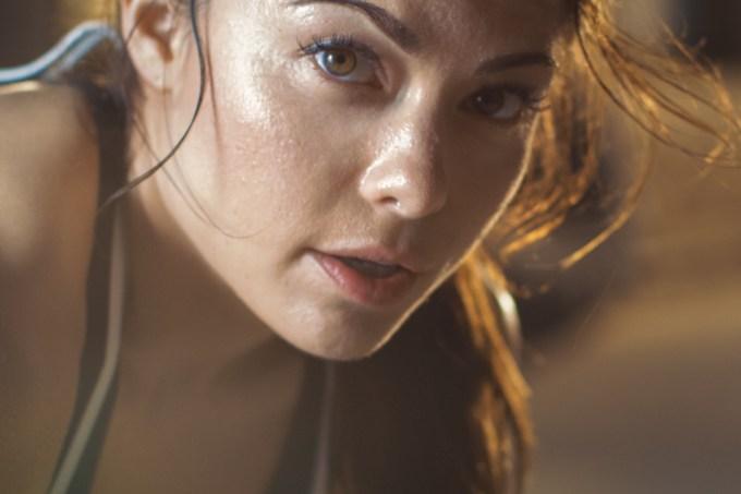 Mulher com rosto suado após exercícios