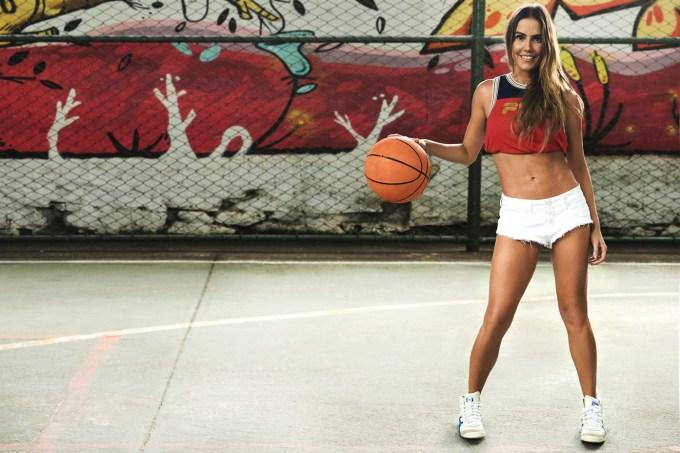 Deborah Secco com bola de basquete