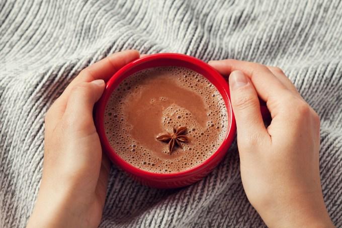mãos-xícara-chocolate-quente