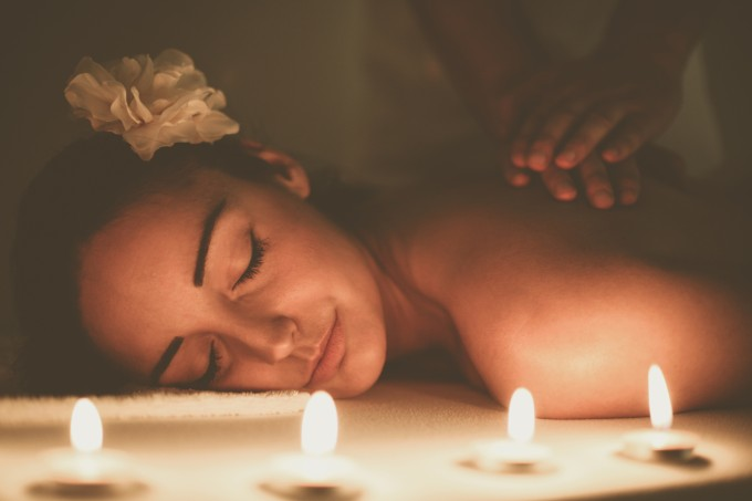 mulher aproveitando massagem