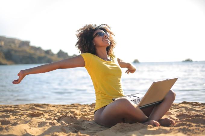 Mulher feliz relaxando na praia