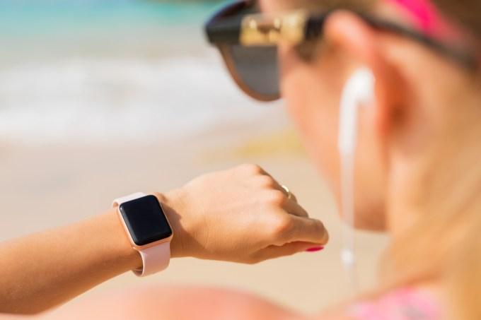 Mulher usando relógio / smartwatch