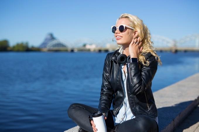 Mulher tomando sol em dias frios