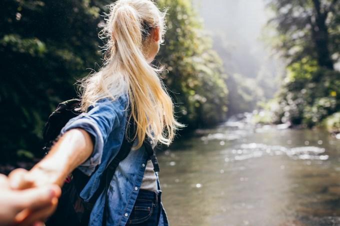 Mulher viajando em meio a natureza