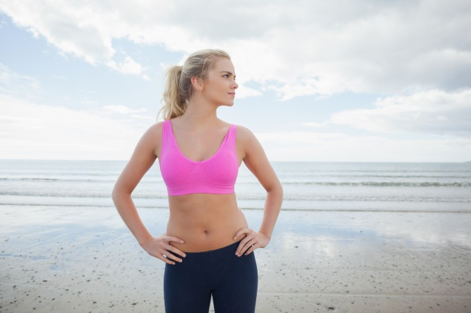 mulher fitness na praia