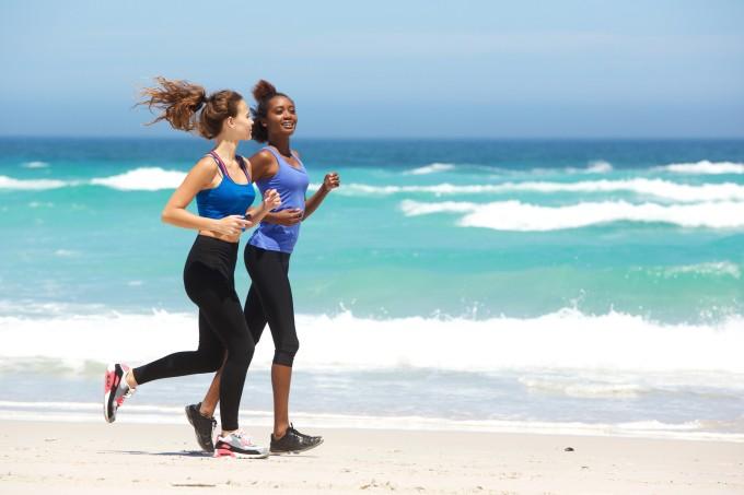 Mulheres correndo na praia