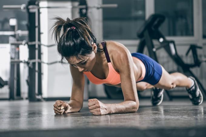 Mulher fazendo exercício prancha