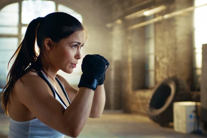 Mulher em posição de luta