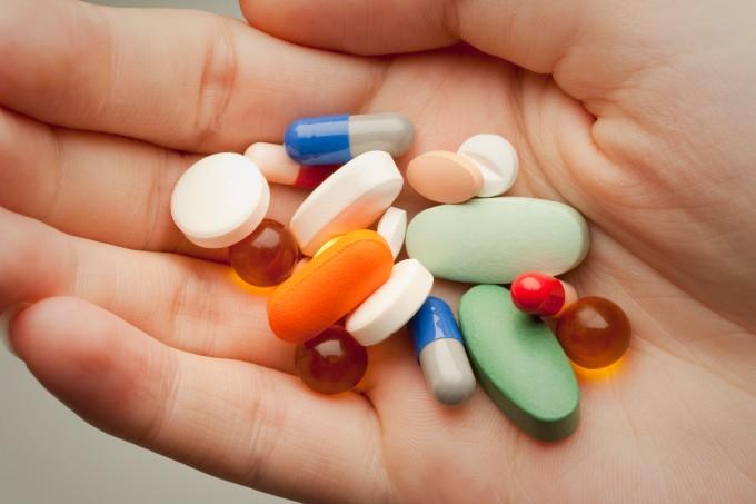 Medicamentos em cápsulas na palma da mão