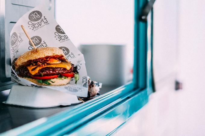 Estudo indica que cortar fast-food da alimentação pode causar sintomas de abstinência