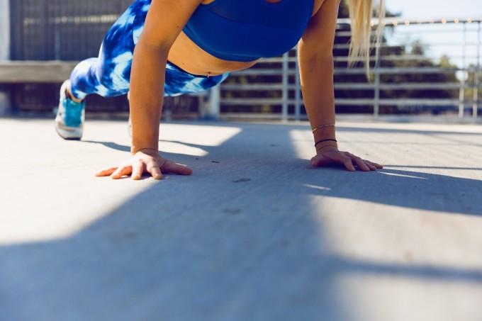 Exercícios para fazer com o peso do corpo e manter o ritmo durante as férias