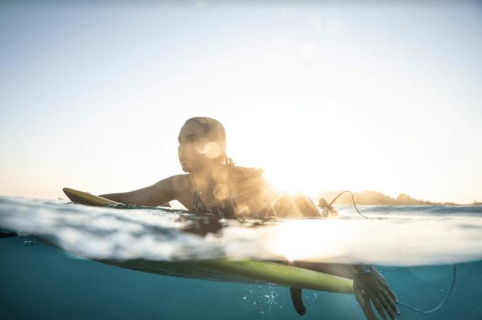 A surfista Maya Gabeira, apaixonada por esportes e por sol, é a nova estrela da Australian Gold