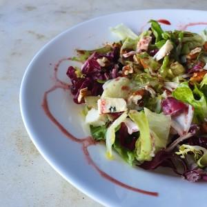 Salada com folhas verdes, rabanete e queijo gorgonzola