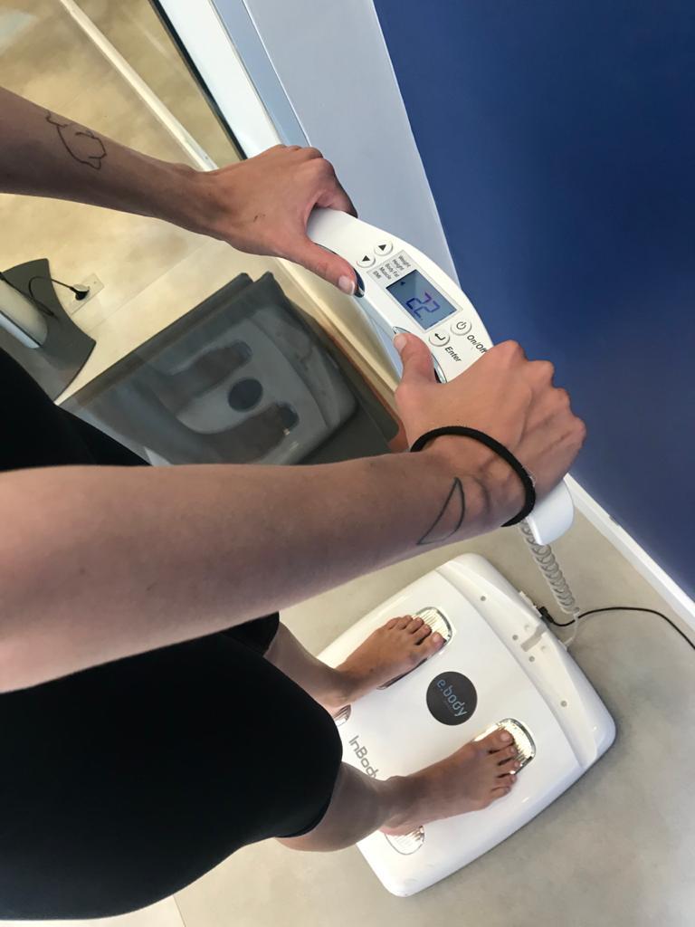 Teste de bioimpedância, para medir o nível de gordura corporal