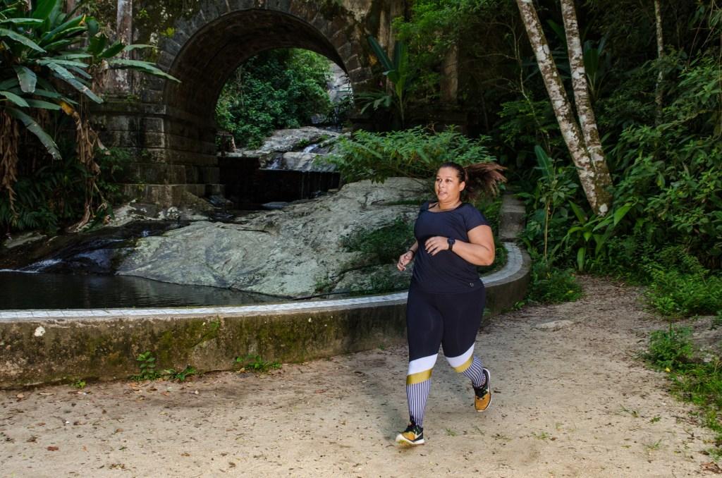 Fernanda Azevedo correndo ao ar livre