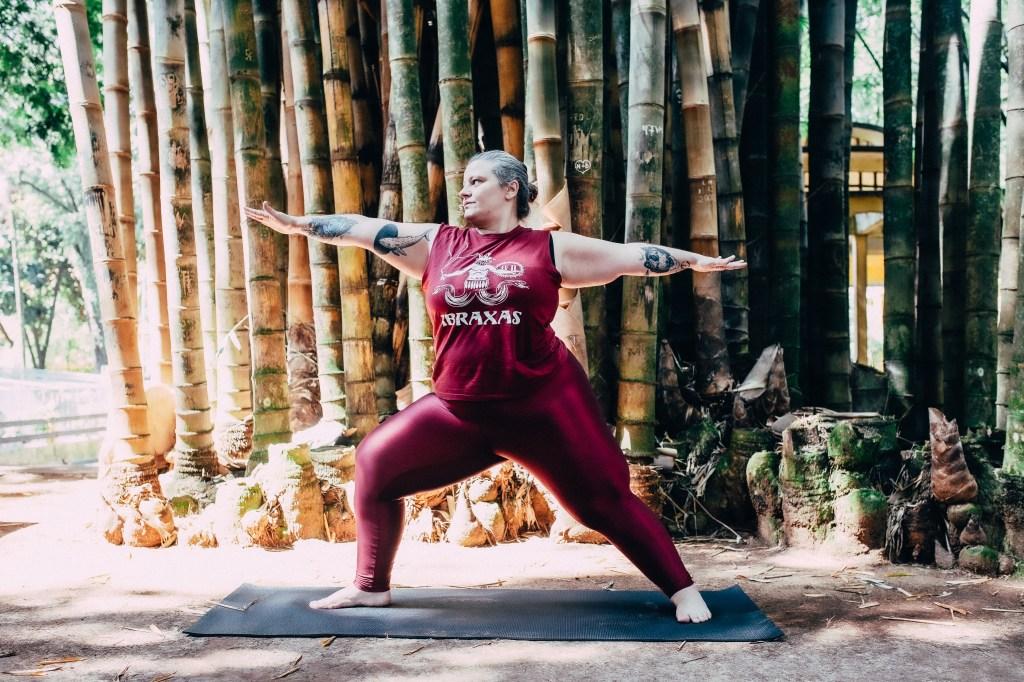Vanessa Joda praticando yoga ao ar livre