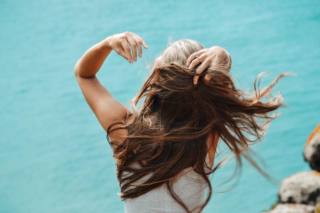 Conheça o pré-poo e seus benefícios para o cabelo