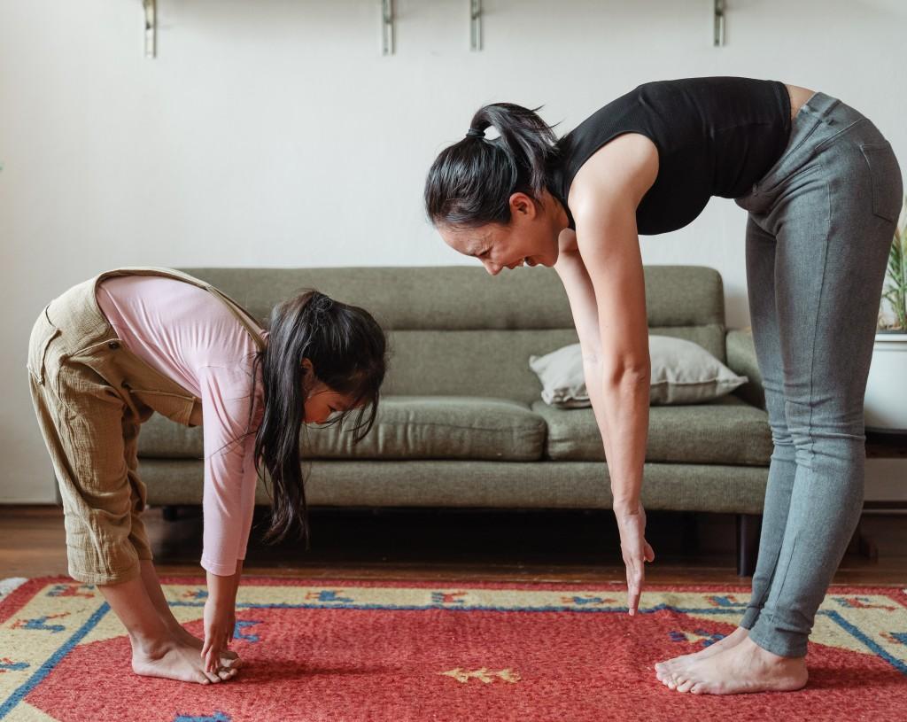 Mae e filha fazendo alongamento em casa