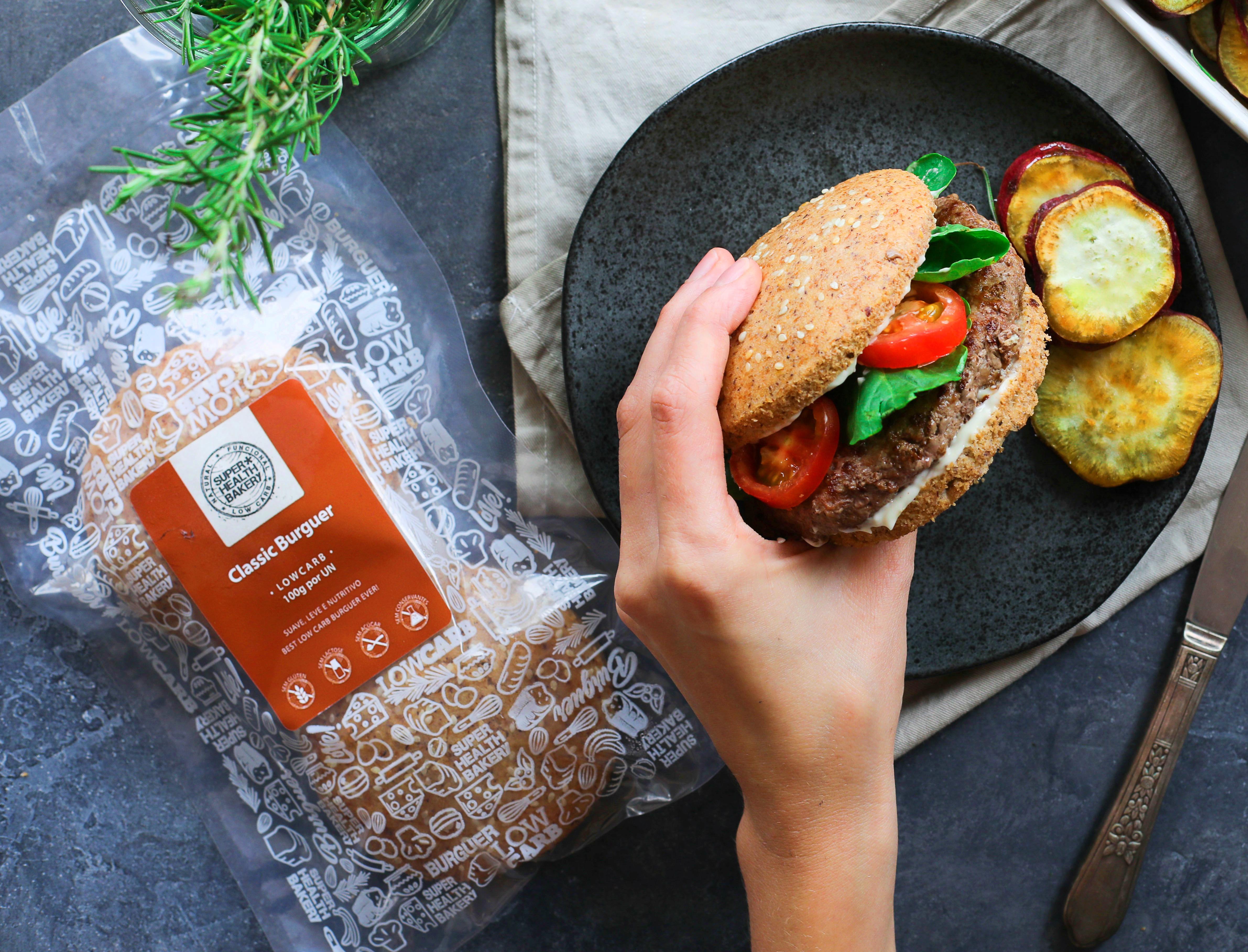 Pão de hambúrguer: com farinha de linhaça dourada e gergelim branco