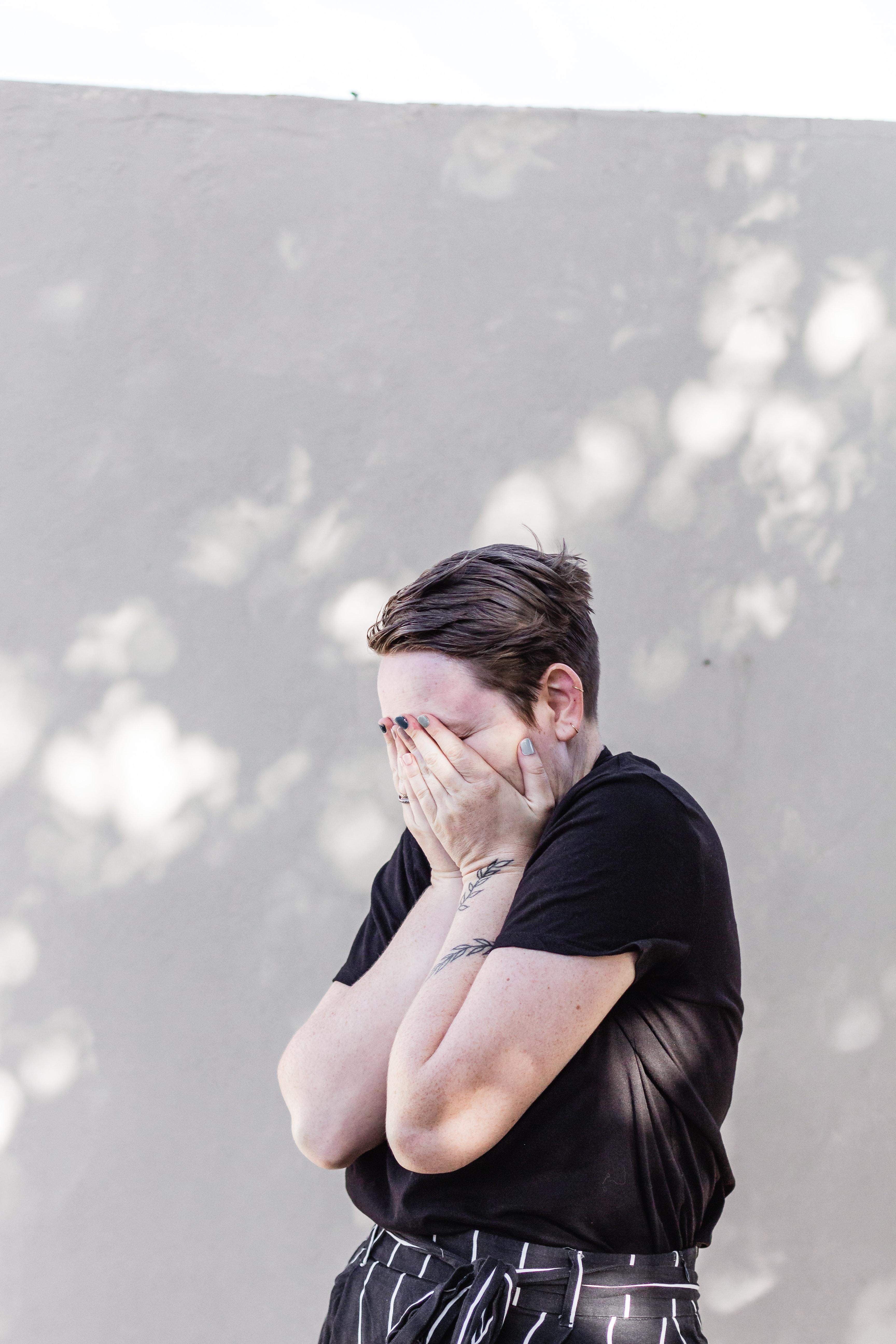 TPM: sintomas vão de tristeza profunda a dores no corpo (especialmente na lombar), enxaquecas, atrasos no ciclo, aumento ou diminuição do fluxo e crises de choro