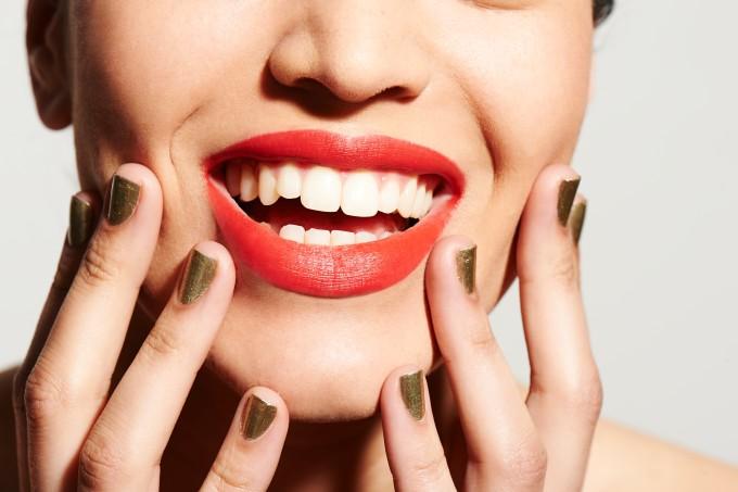 Mulher com os lábios preenchidos sorrindo