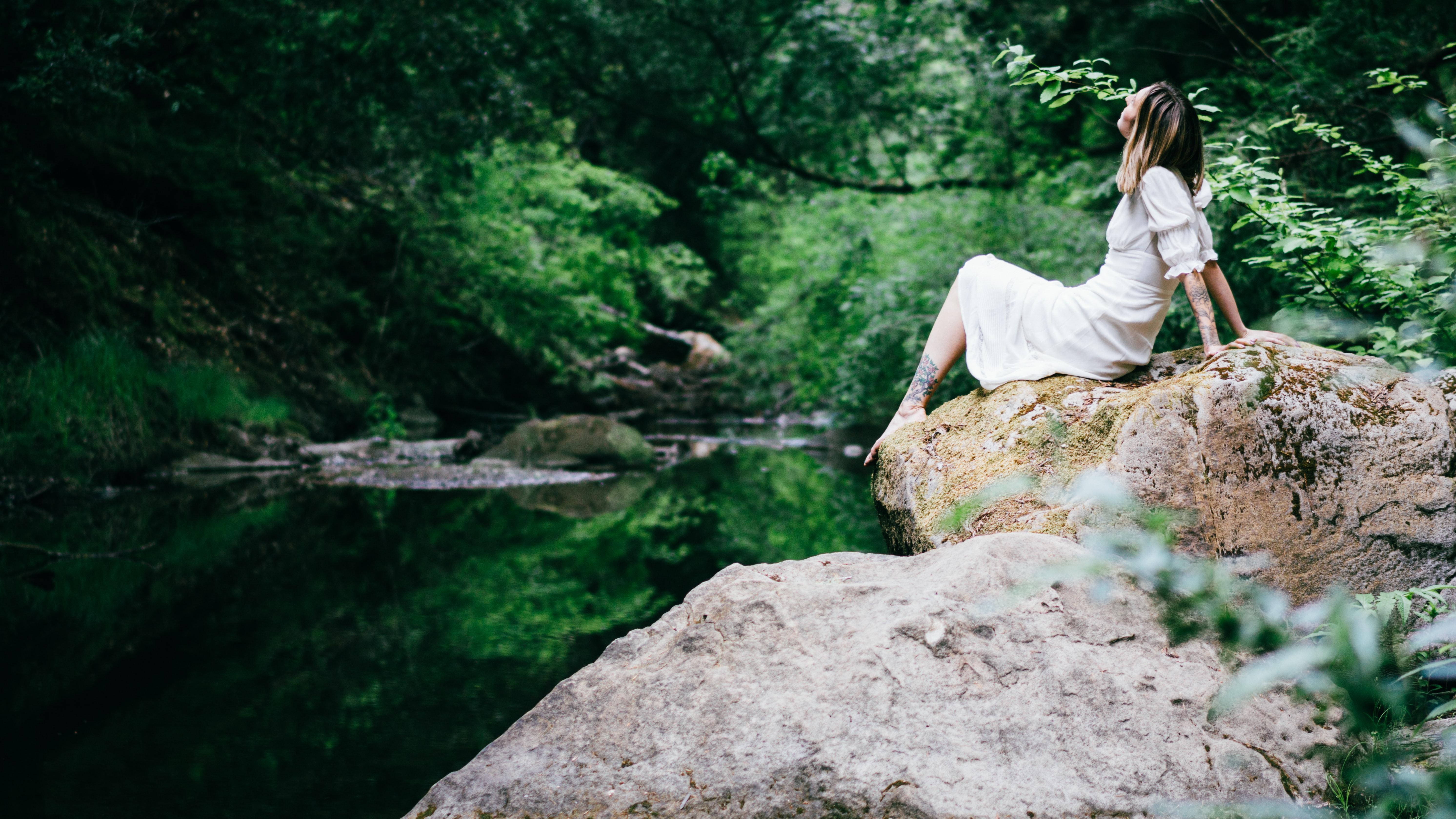 """Relaxamento: """"Quando estou muito cansada, costumo procurar um desses pequenos espaços de terra e caminho por um tempo descalça. É impressionante o efeito que este hábito simples nos traz"""", afirma Debora"""