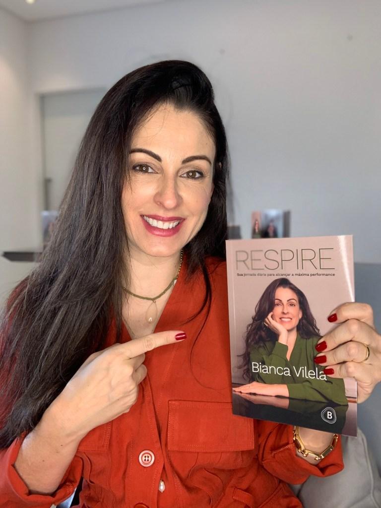 Bianca Vilela segurando seu novo livro