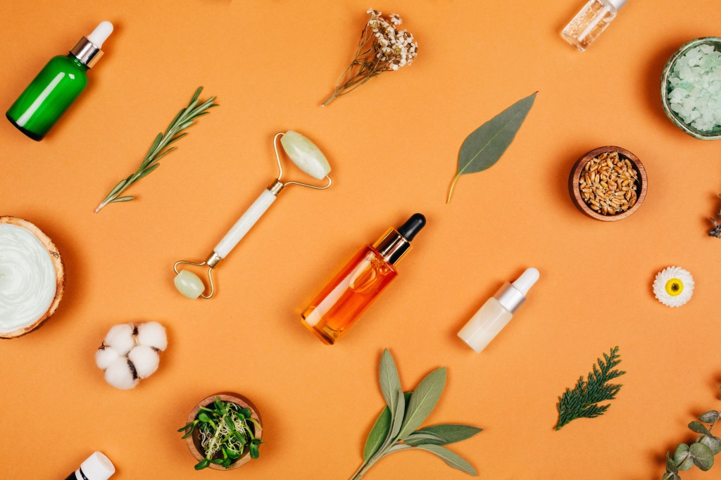 produtos de skin care posicionados deitados na diagonal contra fundo laranja