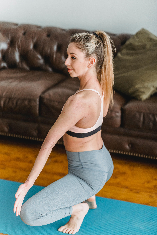 postura de yoga para o trânsito intestinal